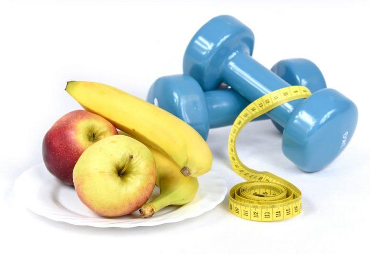 Mode de vie sain: fruits et haltère pour perdre du poids